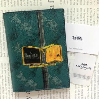 コーチ(COACH)のコーチ パスポート ケース カバー 馬車 ホース グリーン カードケース 新品(旅行用品)
