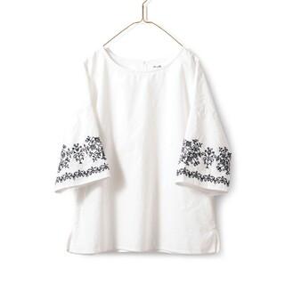 フェリシモ(FELISSIMO)のサニークラウズ 袖刺繍 トップス(カットソー(半袖/袖なし))