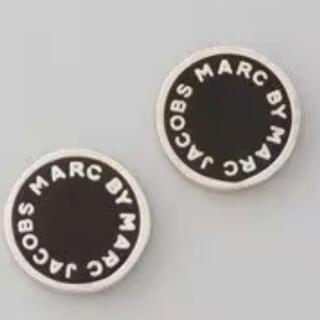 マークバイマークジェイコブス(MARC BY MARC JACOBS)のマークバイマークジェイコブス ロゴピアス シルバーx黒(ピアス)
