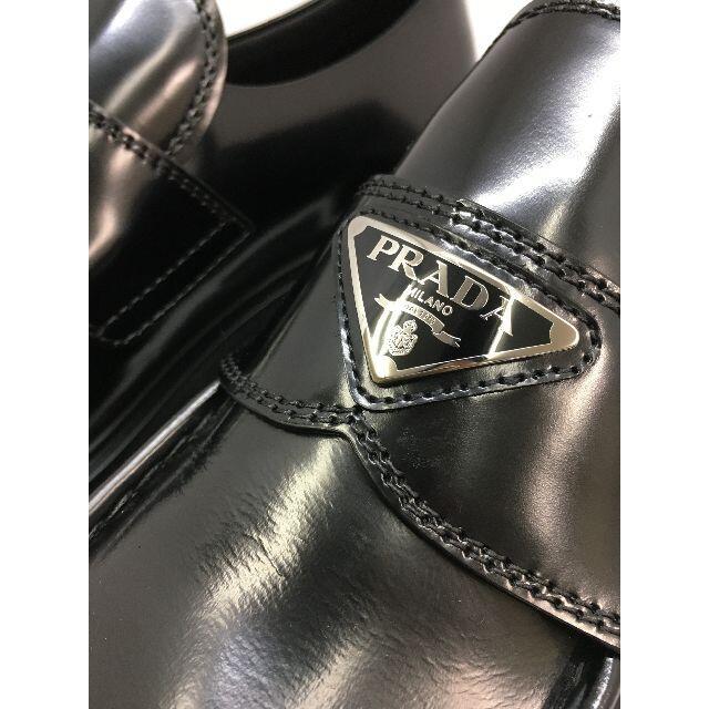 PRADA(プラダ)の新品 PRADA モノリス ブラッシュドレザー ポインテッドトゥローファー メンズの靴/シューズ(ドレス/ビジネス)の商品写真