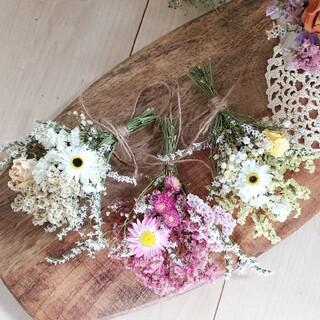 彩りナチュラル小花のドライフラワースワッグガーランド 花束ガーランド 三色(ドライフラワー)