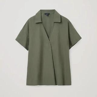 コス(COS)のCOS カーキ色オーガニックコットン 半袖Vトップス 🇩🇪ドイツブランド(シャツ/ブラウス(半袖/袖なし))