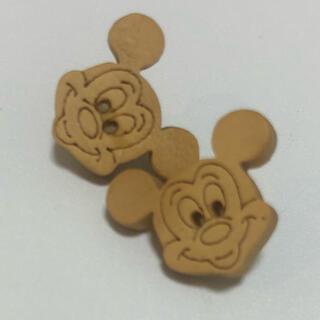ディズニー(Disney)のウッド調 ミッキー フェイス小振ピアス 樹脂ピアス アレルギー対応(ピアス)