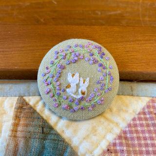 刺繍ブローチ 刺繍ヘアゴム かすみ草のリース 白猫親子 紫