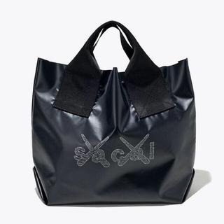 サカイ(sacai)のsacai x KAWS Print Tote Bag  トートバッグ 黒 新品(トートバッグ)