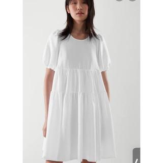 コス(COS)のCOS ふわりティアードワンピース ホワイト 🇩🇪ドイツブランド(ひざ丈ワンピース)