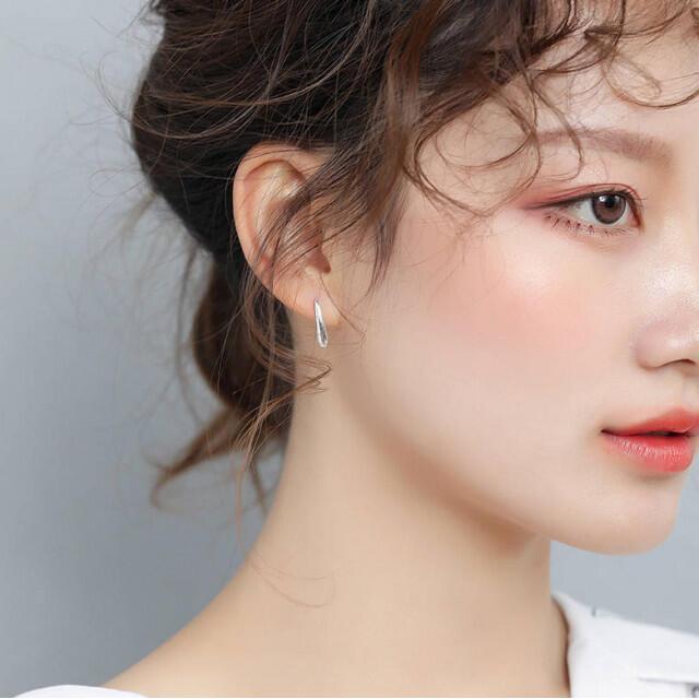 ティアドロップピアス しずく シルバー 韓国 フープ ピアス 両耳用 レディース レディースのアクセサリー(ピアス)の商品写真