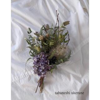 涼を感じる 淡い青色の紫陽花と夏の草花を束ねた スワッグ ドライフラワー(ドライフラワー)