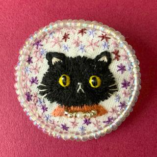 109  黒猫さんとお花の刺繍ブローチ