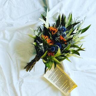 青空カラーの瑠璃球アザミと夏花ヒマワリに吹く風に靡くブルーファンタジアのスワッグ(ドライフラワー)