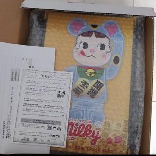 フジヤ(不二家)のBE@RBRICK 招き猫 ペコちゃん 青蓄光  100%&400%(その他)
