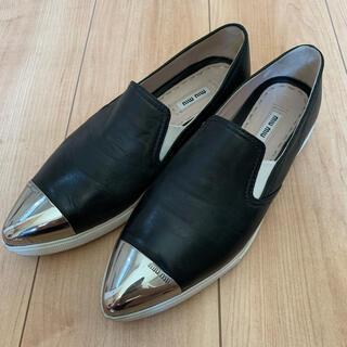 ミュウミュウ(miumiu)のレザーローファー miumiu ブラック 38 24㎝(ローファー/革靴)