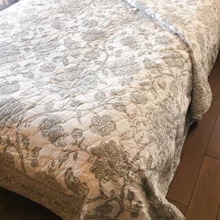 <お値下げ価格>キルトマルチカバー ホワイトグレー花柄 ベッドスプレッド   (シーツ/カバー)