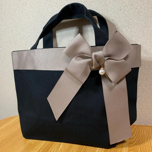 リボンバッグ  グレージュヒラリボン パールチャーム付き レディースのバッグ(トートバッグ)の商品写真