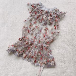 リリーブラウン(Lily Brown)の新品タグ付き Lily Brown フラワー刺繍チュールトップス(シャツ/ブラウス(半袖/袖なし))