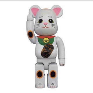 メディコムトイ(MEDICOM TOY)のBE@RBRICK 招き猫 白メッキ 発光 400% (キャラクターグッズ)