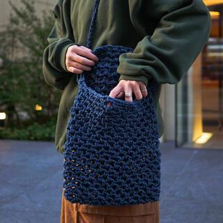 コモリ(COMOLI)のBadhiya Macrame shoulder bag large  navy(ショルダーバッグ)