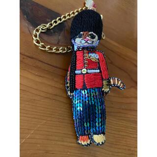 タマオ(tamao)のtamao  刺繍チャームブローチ 猫の衛兵(コサージュ/ブローチ)