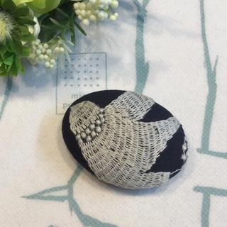 鳥さん刺繍のハンドメイドブローチ(ブローチ/コサージュ)