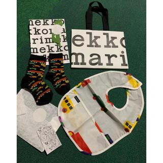 マリメッコ(marimekko)の【新品】marimekko マリメッコお食事用エプロン スタイ &靴下2足(お食事エプロン)