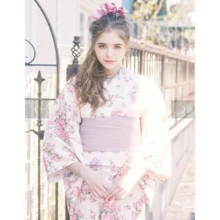 メゾンドフルール(Maison de FLEUR)のメゾンドフルール 巴里のブーケ柄 浴衣 ライトピンク 帯と下駄 新品(浴衣帯)