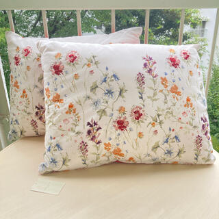 ローラアシュレイ(LAURA ASHLEY)のワイルドメドウ刺繍クッション 新品 ローラアシュレイ  (クッション)