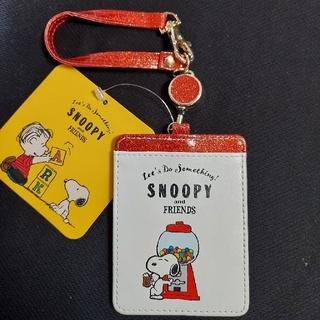 スヌーピー(SNOOPY)のSNOOPY パスケース リール付き 赤ラメ(パスケース/IDカードホルダー)
