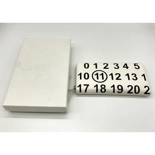 マルタンマルジェラ(Maison Martin Margiela)のマルタンマルジェラ ホワイト カレンダーロゴ レザー長財布(長財布)