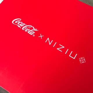 コカコーラ(コカ・コーラ)の未開封 未使用 コカコーラ×NIZIU 保冷ペットボトルクーラー&ペアグラス(アイドルグッズ)