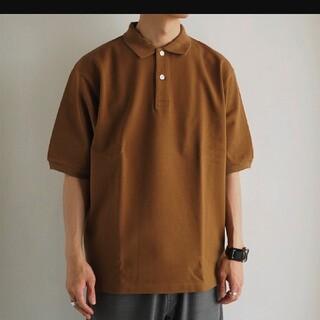 コモリ(COMOLI)のAUBERGE NIVEN CAMEL オーベルジュ キャメル(ポロシャツ)