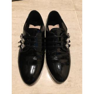 ミュウミュウ(miumiu)のmiumiuエナメルシューズ黒(ローファー/革靴)