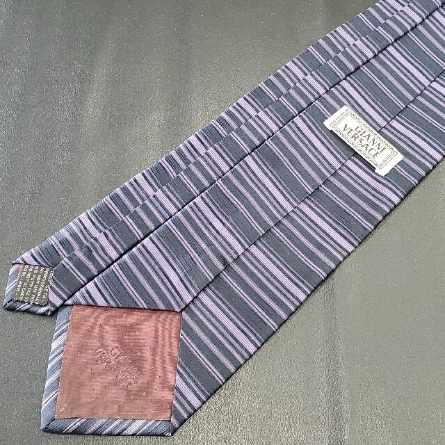 Gianni Versace(ジャンニヴェルサーチ)の【美品】ヴェルサーチ ブランド ネクタイ 紫 ボーダー 織柄 メンズ シルク メンズのファッション小物(ネクタイ)の商品写真