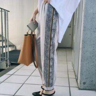 アメリヴィンテージ(Ameri VINTAGE)の【完売&未使用】ameri❤️大人気PYTHON LINE PANTS(カジュアルパンツ)