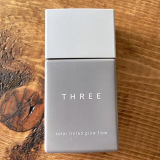 スリー(THREE)のTHREE ソーラーティンティドグローフロー 05(ファンデーション)