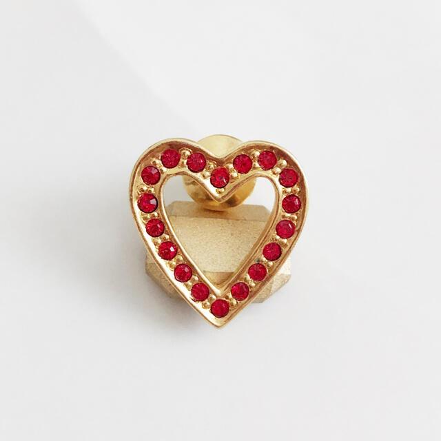AVON(エイボン)のAVON * red stone heart pins レディースのアクセサリー(ブローチ/コサージュ)の商品写真