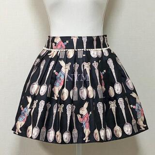エミリーテンプルキュート(Emily Temple cute)の美品カトラリー×時計うさぎプリントスカート黒ブラック(ミニスカート)