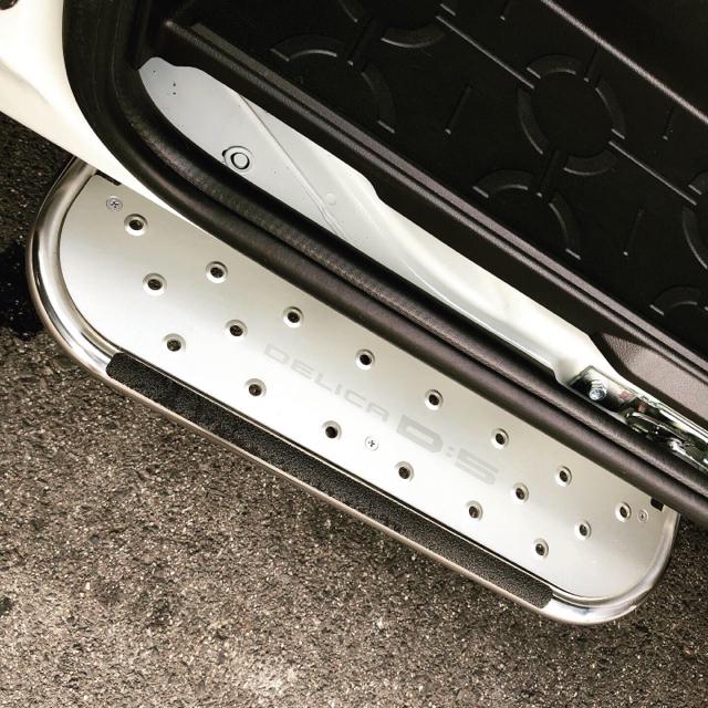 三菱(ミツビシ)の中古 新型デリカD:5 純正サイドステップ(左側用) 自動車/バイクの自動車(車外アクセサリ)の商品写真