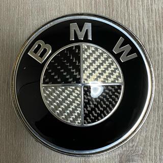 ビーエムダブリュー(BMW)の送料無料 BMWカーボンエンブレムボンネットリア ブラック&シルバー82㎜(車種別パーツ)
