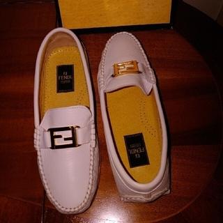フェンディ(FENDI)のFENDI フェンディ レディースローファーシューズ36ホワイトオールレザー本革(ローファー/革靴)