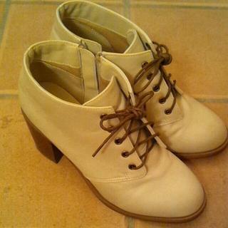 ショートブーツ(白)香水付き(ブーツ)