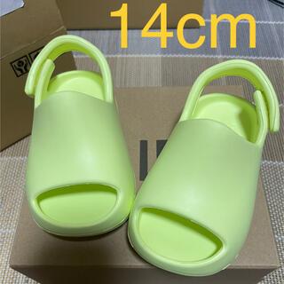 """アディダス(adidas)のADIDAS YEEZY SLIDE """"GLOW GREEN"""" 14cm(サンダル)"""