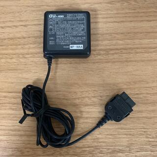 エーユー(au)のau acアダプター 充電器 0202PQA (バッテリー/充電器)