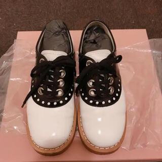 ミュウミュウ(miumiu)のmiumiu シューズ 靴 36.5サイズ(ローファー/革靴)