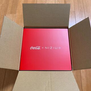 コカコーラ(コカ・コーラ)のコカ・コーラ NiziUオリジナルグッズ 保冷ペットボトルクーラー&ペアグラス(アイドルグッズ)