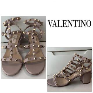 ヴァレンティノ(VALENTINO)のVALENTINO ピンクベージュレザー スタッズ サンダル(サンダル)