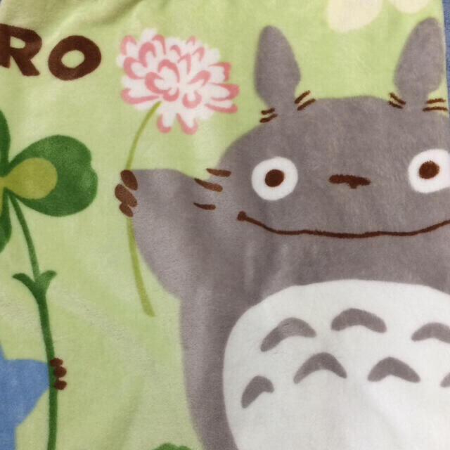 ジブリ(ジブリ)の新品未使用 となりのトトロ ひざ掛け 70×100cm クローバーとトトロ  インテリア/住まい/日用品の寝具(毛布)の商品写真