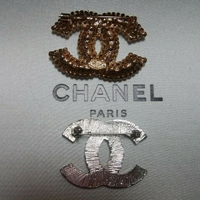 CHANEL(シャネル)の❤2点CHANELノベルティブローチゴールドカラーストーン&シルバーカラー レディースのアクセサリー(ブローチ/コサージュ)の商品写真