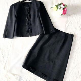 TO BE CHIC - 新品同様‼️【トゥービーシック】上品スパンコールリボン スカートスーツ黒ブラック