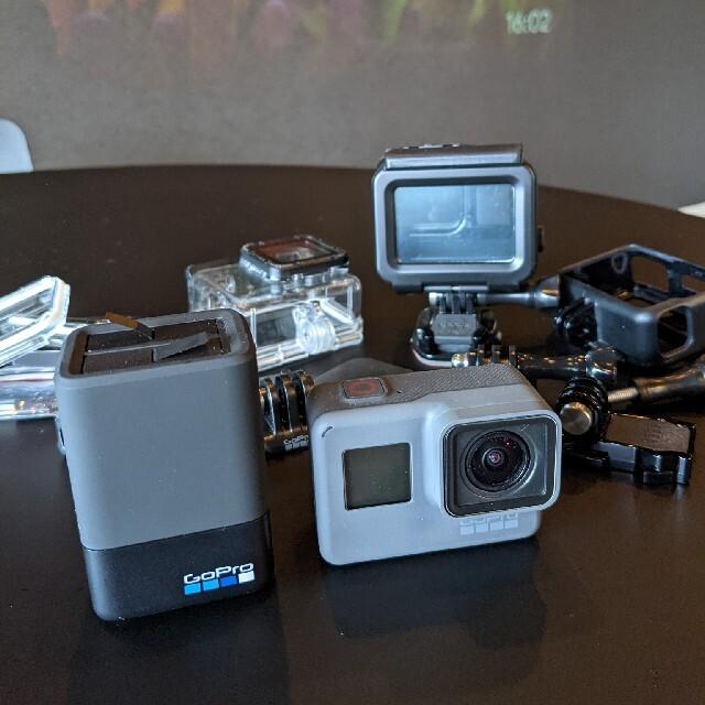 GoPro(ゴープロ)のGoPro6本体と予備バッテリーと充電器付 スマホ/家電/カメラのカメラ(コンパクトデジタルカメラ)の商品写真