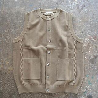 コモリ(COMOLI)の【YASHIKI】Mizuoto Knit Vest KHAKI BEIGE(ベスト)